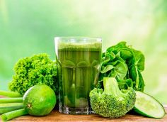 Green vegetables can make delicious detox diet smoothies. Avoid sweeteners and add fresh fruit to add sweetness. Smoothie Legume, Avocado Smoothie, Green Juice Recipes, Green Smoothie Recipes, Smoothies Detox, Healthy Smoothies, Green Smoothies, Healthy Juices, Detox Drinks