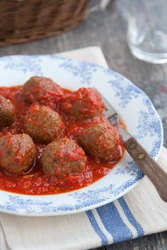 These spinach meatballs with tomato sauce are the vegetarian version of a typical dish of Roman Jewi Veggie Recipes, Vegetarian Recipes, Healthy Recipes, Chicken Recipes, Spinach Balls, Chicken And Chips, Fruit And Veg, Vegan Dishes, Light Recipes
