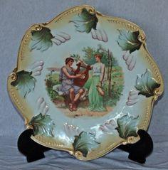 Vista Alegre, decorado com folhas de parreira e casal romano ao centro. 25cm.
