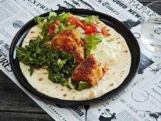 Kalatortilloja mehevöittävät kasvikset ja tartarkastike. Kiireessä voit tehdä ruoan myös kalapuikoista.