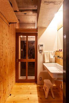 玄関の三和土(たたき)を上がるとすぐ洗面台。動線上にあるから、使い勝手がいい。 #G様邸新御徒町 #玄関ドア #玄関 #洗面 #洗面台 #狭小住宅 #インテリア #EcoDeco #エコデコ #リノベーション #renovation #東京 #福岡 #福岡リノベーション #福岡設計事務所 Alcove, Bathtub, Doors, Standing Bath, Bathtubs, Bath Tube, Bath Tub, Tub, Bath