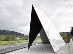 'Bus:Stop', parada de autobús en Krumbach (Austria). En esta ciudad austriaca han decidido dar un toque diferente a la espera del transporte publico con una serie de paradas de autobús muy originales y arriesgadas, esta es una de ella. ¿Qué os parece? #ecológica #arquitectura #exteriores #diseño #arquitecturasostenible #ecologia #arquitecturaecologica #architecture #ranchalarquitectos #juanranchal