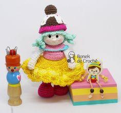 Pontinhos de amor há dias eu já vinha com a vontade de fazer uma bonequinha bem colorida! Eu amo cores e quero que as minhas peças sejam assim, bem coloridas e alegres! Mas aí veio a dúvida qual mo…