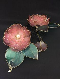 ただ今オーダーのご依頼も承り中ですお気軽にDMくださいませpic.twitter.com/MNnQxUEvha Cute Jewelry, Hair Jewelry, Jewelry Accessories, Wire Flowers, Steampunk Clothing, Fantasy Jewelry, Pretty And Cute, Design Elements, Jewelery