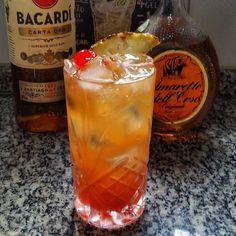 Mai Tai  70 ml de Rum 20 ml de Amaretto  50 ml de suco de abacaxi  50 ml de suco de laranja Cereja e calda de cereja para decorar Drink e foto @jessibento