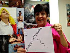 Lorena Pérez, administradora/planificadora/ETC. de nuestra Fundación, se convierte en multiplicadora de nuestra Etiqueta... Al fondo un enorme collage fotográfico que hicimos hace unos años atrás para lucir algunas de las fotos de concursos pasados...
