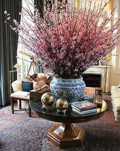 The Enchanted Home: 30 MORE reasons why blue and white ginger jars rock! Enchanted Home, Deco Floral, Chinoiserie Chic, Spring Blooms, Ginger Jars, White Decor, Floral Arrangements, Flower Arrangement, Table Arrangements