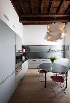Ristrutturazione a Mantova, Italy by Giampaolo Benedini & Partners Kitchen Dinning, Dining Room Table, Kitchen Decor, Kitchen Design, Kitchen Ideas, Kitchen Stuff, Kitchen Inspiration, Interior Exterior, Best Interior