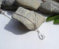 Collier composé d'une goutte en cristal de roche et argent plaqué : Collier par lapassiondisabelle