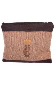 Make-Up Bag (Brown HB & Wax) This Holland Cooper make-up bag is a perfect addition to your tweed collection. It is made of our brown herringbone tweed and dark brown wax, with a waterproof lining so it's easy to keep clean and tidy. With the signature Holland Cooper logo on the front it is a lovely gift for someone, or a treat for yourself!