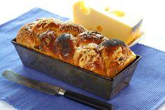 Ost gir ekstra god smak på brødet og passer til det meste. Sett en nybakt ostefletteloff på bordet neste gang du skal servere pai, ostefat, suppe eller noe annet godt. Den får garantert bein å gå på.