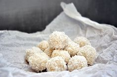 Raw Vegan Raffaello Bonbons, with coconut and almonds. Delicious is an understatement! Can you believe they're ready in only 10 minutes? Desserts Crus, Raw Vegan Desserts, Raw Vegan Recipes, Vegan Treats, Healthy Treats, Just Desserts, Vegetarian Recipes, Dessert Recipes, Vegan Raw