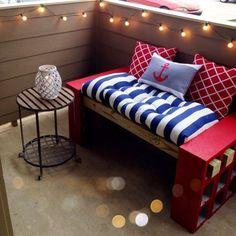 Sitzbank aus rot gestrichenen Schalsteinen und Holzdielen