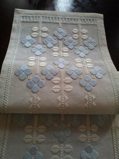 Home decor. In excellent condition. Materials: linen Measures: 67 cm x 23 cm. Simple Embroidery, Embroidery Monogram, Paper Embroidery, Pastel Decor, Crochet Doily Patterns, Doilies Crochet, Blackwork Embroidery, Point Lace, Tatting Lace