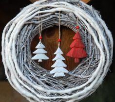 Velký zimní věnec s dřevěnými stromečky