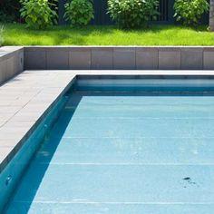 Exklusiver und moderner Pool mit Beleuchtung. Sitzfläche aus original Quirrenbach Grauwacke. Poolreinigung erfolgt durch einen Roboter | Rheingrün Gartengestaltung