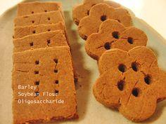 はったい粉ときな粉のクッキー&ソフトキャンディー ・はったい粉 40g ・きな粉 40g ・オリゴ糖 ・水 ♪作り方♪ 鍋に水とオリゴ糖を入れ火にかける。 火をとめてそこにはったい粉ときな粉を入れ、よく練る。 → 飴にする生地は、小さく丸めてきな粉をまぶしたら出来上がり♪クッキーにする生地は、成型したら180度のオーブンで15分〜20分ほど焼いて、出来上がり