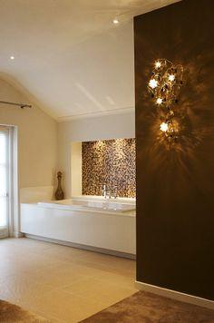 Villa in landelijke stijl. Meer badkamer en woon inspiratie vind je op walhalla.com Bathroom Design Inspiration, Bathroom Interior Design, Dream Bathrooms, Amazing Bathrooms, Wc Design, House Design, New Toilet, Brown Bathroom, Happy House