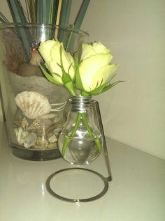 Eine Vase aus einer Glühbirne .