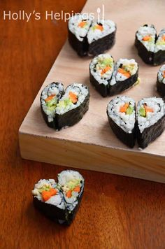 Heart-Shaped Sushi - how to win over my heart. I sushi. Valentines Day Dinner, Valentines Food, Bento, Sushi Comida, Sushi Sushi, Menu Saint Valentin, Cute Food, Yummy Food, Yummy Recipes