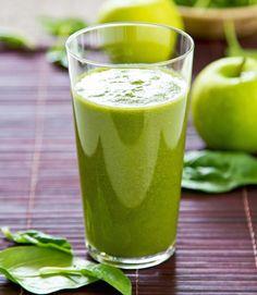 Raikas vihersmoothiesopii aamupalaksi. Soseuta kaikki ainekset tehosekoittimessa tasaiseksi juomaksi. Halutessasi voit ohentaa juomaa vedellä.