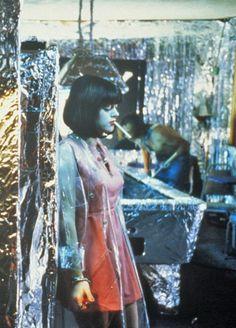 The Doom Generation (1995) written & directed by Gregg Araki. Sex, drugs and ultra violence. The Doom Generation is the director's self-styled bad-taste teen film. Het decor en de styling in de film vind ik heel interessant. Thematiek; teenage love, sexuality