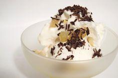 Gelato alla ricotta con pere caramellate e cioccolato