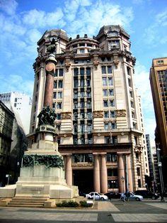 Primeiro Tribunal de Alçada Civil e Monumento a fundação de São Paulo / Pátio do Colégio / por fioregomes