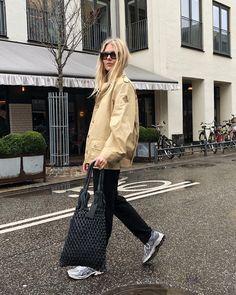 6,563 отметок «Нравится», 28 комментариев — FREJA WEWER (@frejawewer) в Instagram: «Out in the rain flashing my new bag from @nunoobags»