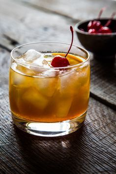 Maple Bourbon Cocktail - I had the thought that I would love to add a touch of the earthy to a in place of simple syrup and got to searching around for cocktails. Bourbon Cocktails, Beste Cocktails, Holiday Drinks, Holiday Cocktails, Party Drinks, Cocktail Drinks, Cocktail Recipes, Holiday Recipes, Alcoholic Drinks