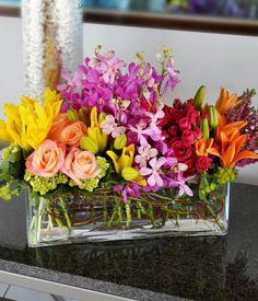 composition de plusieurs fleurs printanières dans un vase rectangulaire