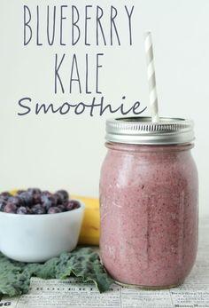 Blueberry Kale Smoothie - get your greens in! This smoothie is so good! Acabo de probarlo con algunas variaciones: 2 Tazas frutos rojos congelados 1 yogur dahi natural descremado 1/2 taza leche descremada 1 banana congelada 2 Tazas de kale fresca Rinde 2 porciones muy generosas! La proxima con maca o espirulina