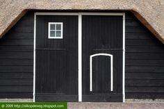 Borssele, De Witte Pauw, verhoogde mendeur met klinket (het kleine deurtje)