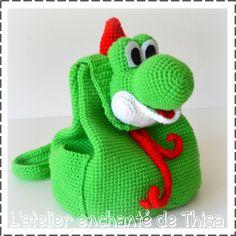 Yoshi sur les bancs de l'école. Pour la crèche, l'école, le centre-aéré, les après-midi chez mamie, les goûters à l'extérieur, les... Loom Crochet, Crochet Bee, Graph Crochet, Crochet Amigurumi, Amigurumi Patterns, Crochet For Kids, Baby Knitting Patterns, Knitting Yarn, Crochet Patterns