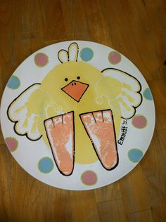 Super cute baby chick plate w/ hand AND footprints for Easter or spring! #thepaintedpeacock #handprintideas #handprintandfootprintpottery