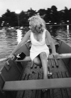 Marilyn rowing in Central Park, 1957. Photo by Sam Shaw.