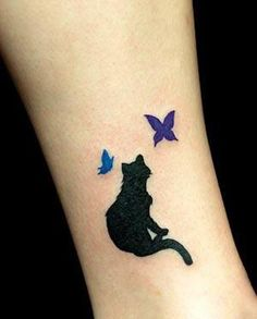 What does black cat tattoo mean? We have black cat tattoo ideas, designs, symbolism and we explain the meaning behind the tattoo. Tattoos 3d, Black Cat Tattoos, Trendy Tattoos, Animal Tattoos, Body Art Tattoos, Small Tattoos, Tattoos For Women, Tattoo Black, Fashion Tattoos