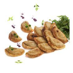 EMPANADILLAS - Ingredientes: ½ kg harina, 1 L agua, aceite, sal. Escaldar harina en una cazuela con agua hirviendo. Para el relleno: verdura cocida, guisantes y judías de careta. Freir ajos a trocitos con el bacalao. Freir guisantes con cebolla y dejar enfriar. Añadir 2 huevos cocidos a pequeños trozos. Cocer judías de careta y freir con cebolla. Dejar  enfriar. Añadir atún y 1 huevo duro. Poner el relleno dentro de la masa  y cerrar. Freir. Receta: Mª Carmen Sastre. FOTO: Manolo Fotògrafs Relleno, Coco, French Toast, Breakfast, Gastronomia, Boiled Eggs, Snap Peas, Recipes, Olive Oil