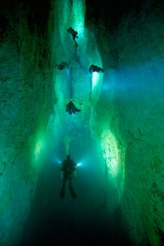 Stargate blue hole, Bahamas - These super-deep underwater holes are fascinating