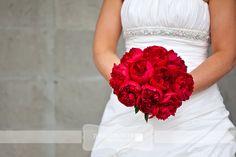 red peonies wedding bouquet by flowers talk dokładnie takie same pomysły ślubne jak ja :)