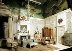 Queen Mary's Dollhouse: The Queen's Apartment