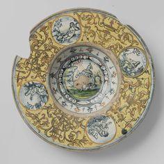 Anonymous | Bord met op het plat een knielende mansfiguur (St. Franciscus)., Anonymous, c. 1510 | Rond bord van veelkleurig beschilderd majolica ? . Op het plat is binnen een cirkel een grond geschilderd waarop een knielende man (St. Franciscus). Op de rand zijn vier cirkels geschilderd. In een cirkel is een luit spelende vrouw geschilderd, in een een fluit spelende vrouw, in een een in een landschap liggende naakte vrouw en in de ander twee grotesken. Op de achterkant van het bord zijn…