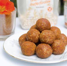Vegan und glutenfrei. Schnelle Haferflocken Nuss Bällchen sind leckere Energiespender für zwischendurch - jetzt ausprobieren!