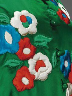 Yves Saint Laurent Haute Couture, automne-hiver 1972-1973 VESTE DU SOIR EN SATIN DUCHESSE ÉMERAUDE APPLIQUÉ DE FLEURS