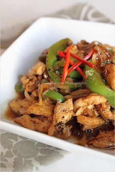 Black Pepper Chicken - Delicious and easy stir-fry recipe with only a few ingredients: black pepper, chicken, onion and bell pepper. Easy Delicious Recipes, Clean Recipes, Paleo Recipes, Dinner Recipes, Cooking Recipes, Yummy Food, Recipes With Chicken And Peppers, Chicken Recipes, Table D Hote