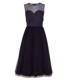 Another beautiful black dress option with a flattering sweetheart neckline <3