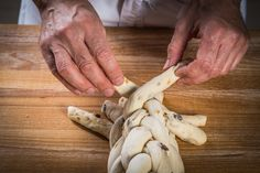 Pletení vánočky z 9 pramenů - fotopostup krok za krokem | ReceptyOnLine.cz - kuchařka, recepty a inspirace Stuffed Mushrooms, Vegetables, Food, Wood, Stuff Mushrooms, Essen, Vegetable Recipes, Meals, Yemek