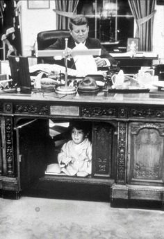 October 1963 - John F. Kennedy JR plays underneath the Resolute Desk in his father's oval office. John Kennedy Jr, Jfk Jr, Les Kennedy, Caroline Kennedy, History Photos, Us History, History Facts, American History, American Presidents