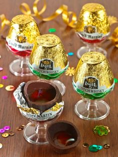 These liqueur filled chocolates are sure to make the holidays more festive. These French chocolates for adults are filled with Remy Martin, Label 5 scotch, or Grand Marnier. Christmas Food Gifts, Christmas Cocktails, Holiday Treats, Holiday Recipes, Chocolate Filling, Homemade Chocolate, Melting Chocolate, Chocolate Shells, Chocolate Cake