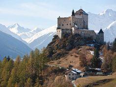 Picnic & red wine near the Schloss Tarasp castle